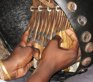 Hands on mbira in deze